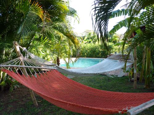 2 hamacs et piscine au Costa Rica