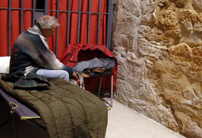 Cet homme, qui a perdu son logement en raison de la crise, est accueilli pour la nuit dans un centre Caritas à Burgos, en Espagne