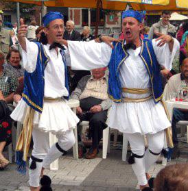 2 grecs dansant le sirtaki