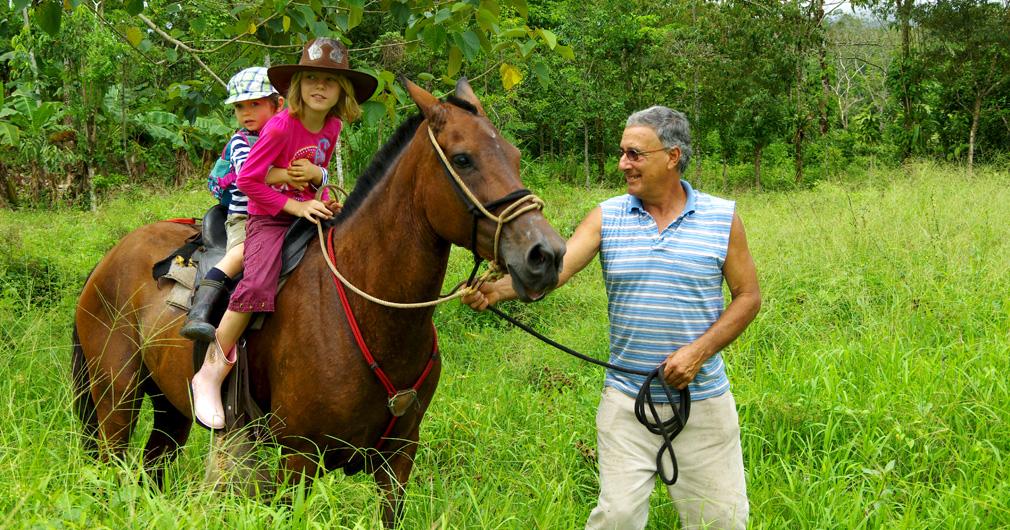 Anna et Ivan accueillent les chevaux � la finca