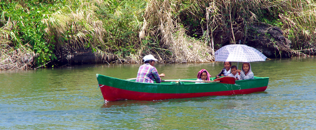 Ecoliers revenant de l'école en bateau sur le Lac Nicaragua - 1