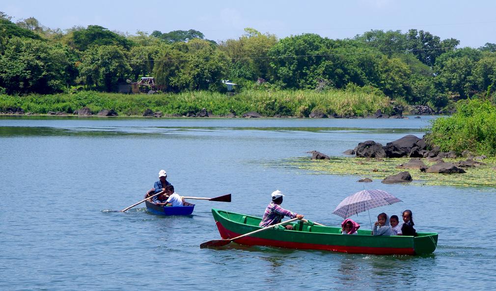 Ecoliers revenant de l'école en bateau sur le Lac Nicaragua - 2