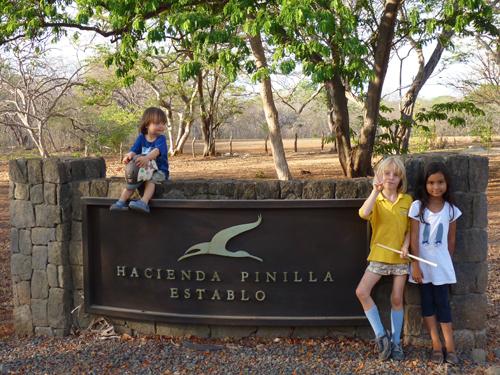 Anna, Ivan et Kate à l'entrée de Establo - Hacienda Pinilla - Guanacaste - Costa Rica