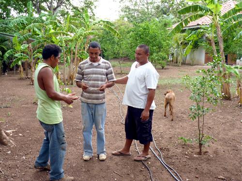 Sourcier au Costa Rica indiquant l'endroit où il y a l'eau
