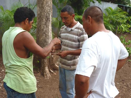 Sourcier au Costa Rica indiquant la présence d'eau à 10 mètres