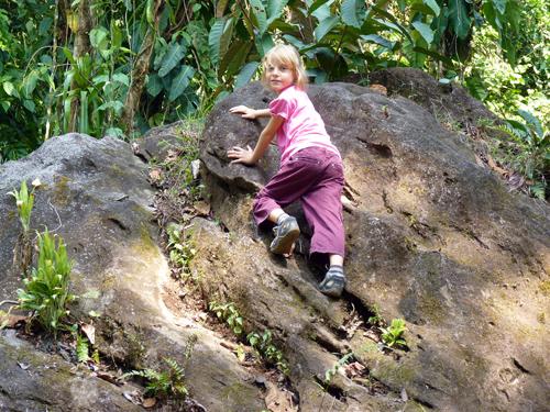 Environs du volcan Tenorio, Rio Celeste, Costa Rica, Anna fait de l'escalade