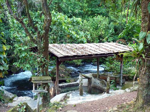 Jacuzzi au feu de bois, bord de rivière, lodge, environs volcan Tenorio